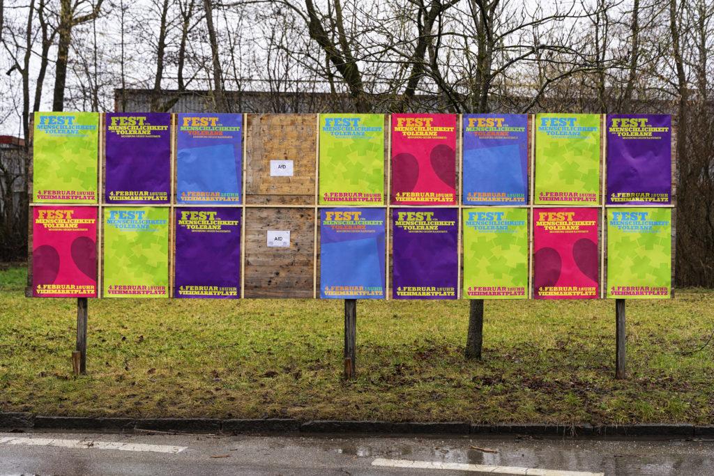 Plakatwand in Moosburg mit Aufruf zur AFD-GEGENDEMO