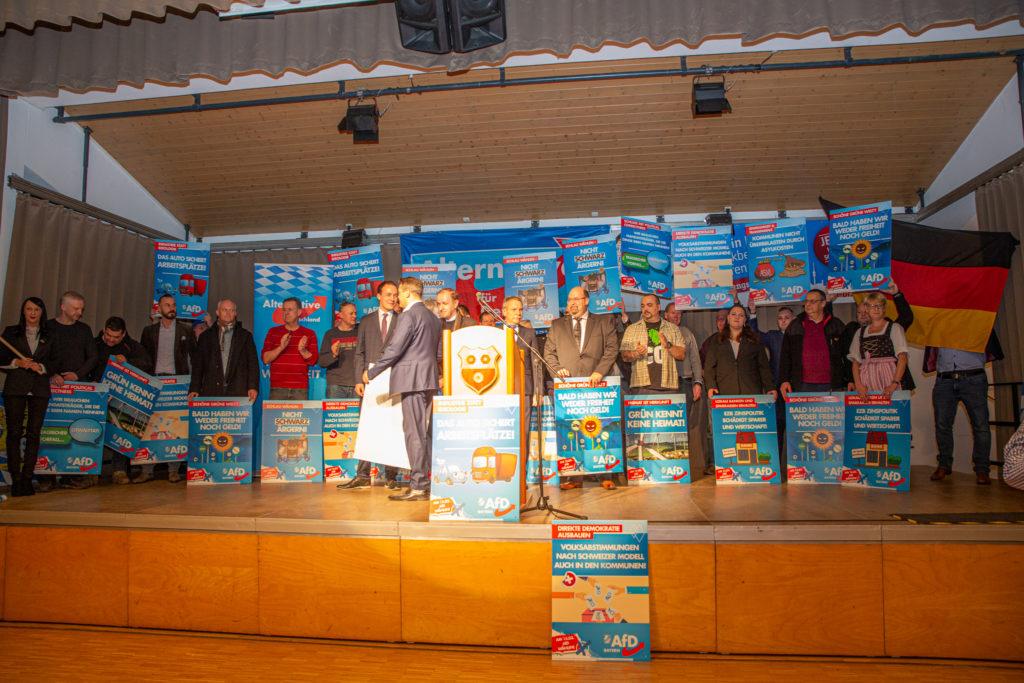 Johannes Huber bei der Begrüßung der Anwesenden und Kandidat*innen der AfD